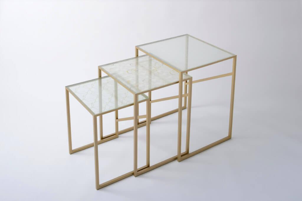 Tables gigognes produites par le fabricant de tissus Itoko Co., Ltd. et Charlotte Juillard et Peggy Derolez