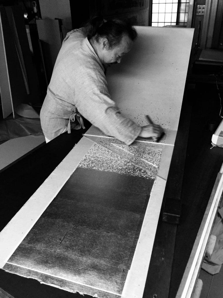 Le japonais Tanaka Takeo (fondateur de Koseido) au travail pour la création de paravents