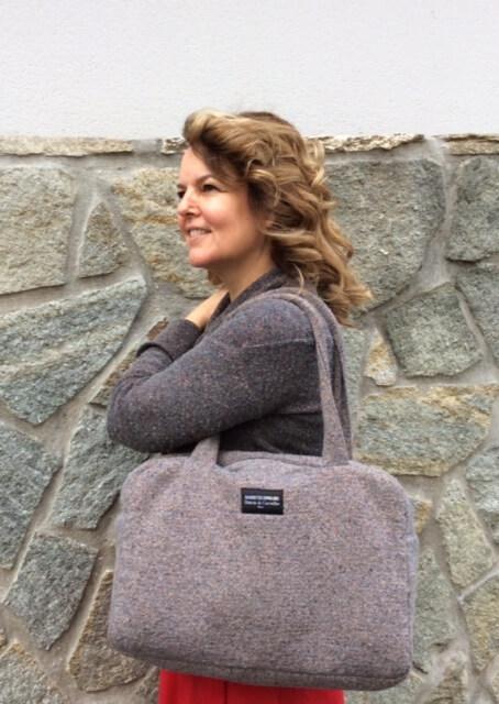 """La créatrice portant le sac """"Marcia"""" Doublure en coton, impression originale et colorée avec des feuilles de chêne. Une poche intérieure. 175 euros."""